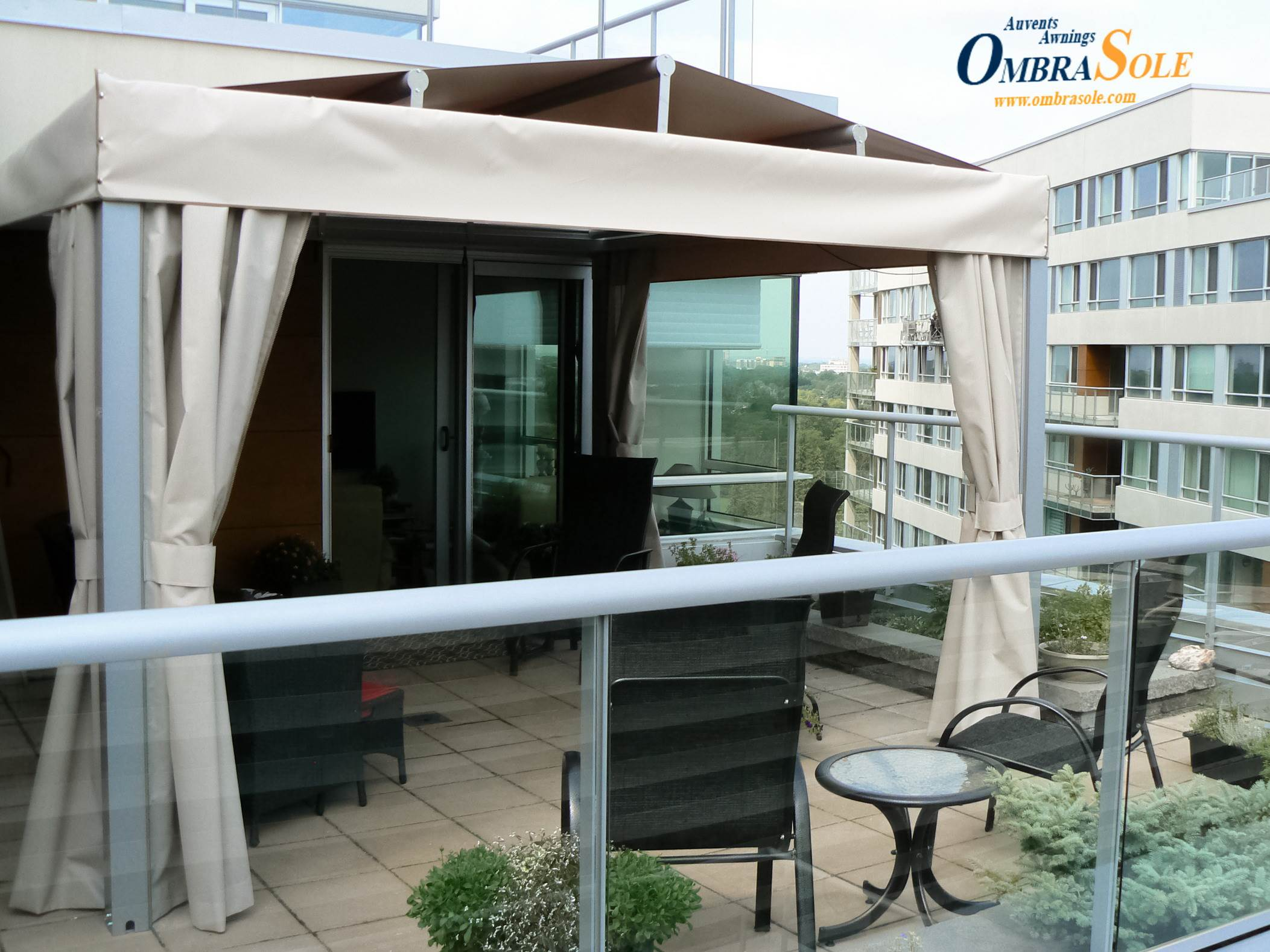 discover the benefits of retractable awnings in comparison to aluminum pergolas with pivoting. Black Bedroom Furniture Sets. Home Design Ideas