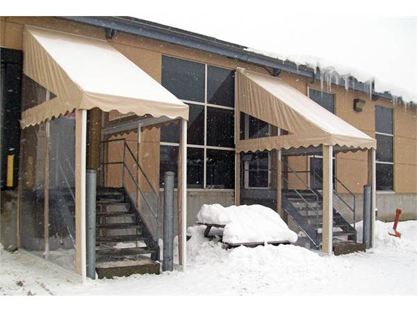 Cover the entrance of your home or commerce with a door canopy: the essential winter shelter